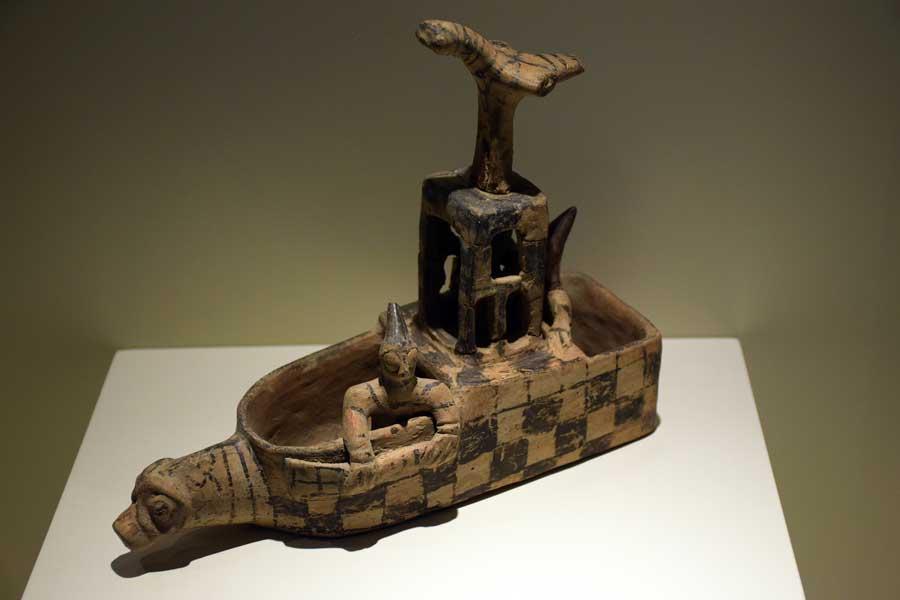 Anadolu Medeniyetleri müzesi fotoğrafları Asur ticaret kolonileri salonu sandal biçimli törensel kap Kültepe M.Ö. 1900 - Sandal shaped ritual vessel 900 B.C Kultepe, Anatolian