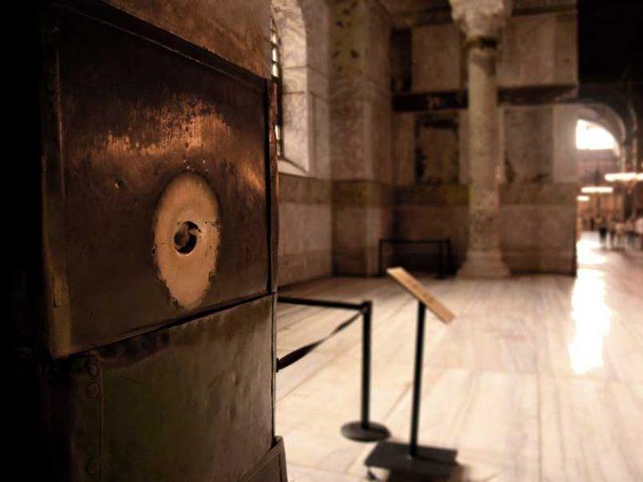Ayasofya efsaneleri Aziz Aziz Gregorius sütunu (hastaları iyileştirildiğine inanılır) - Gregorius column in Hagia Sophia (the patients are believed to be cured)