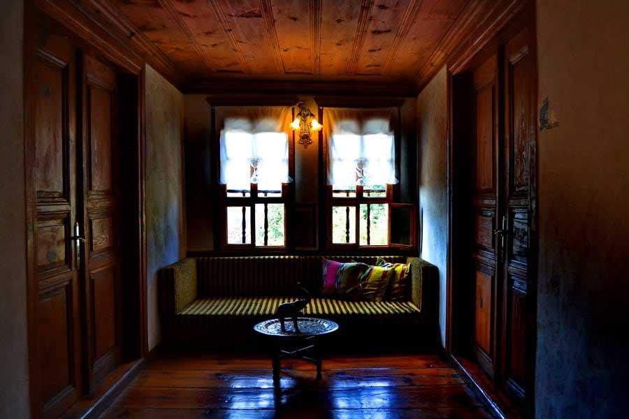 Safranbolu evleri ahşap dekorasyon, Safranbolu fotoğrafları - looking out from a divan, Safranbolu photos
