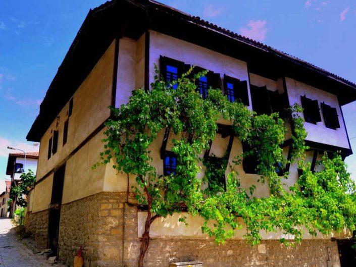 Safranbolu evleri ve klasik Türk mimarisi, Safranbolu fotoğrafları - looking out from a divan, Safranbolu photos