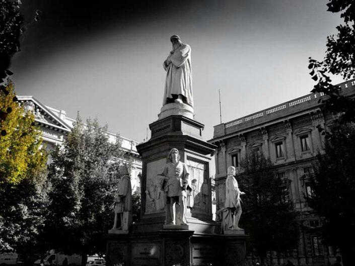 İtalya Milano Vittorio Emanuele II Çarşısı girişi Leonardo da Vinci heykeli - Milan Galleria Vittorio Emanuele II Leonardo da Vinci Statue