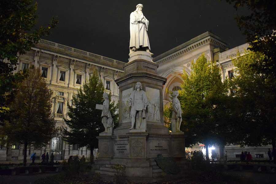 Milano Vittorio Emanuele II Çarşısı girişi Leonardo da Vinci heykeli - Milan Galleria Vittorio Emanuele II Leonardo da Vinci Statue