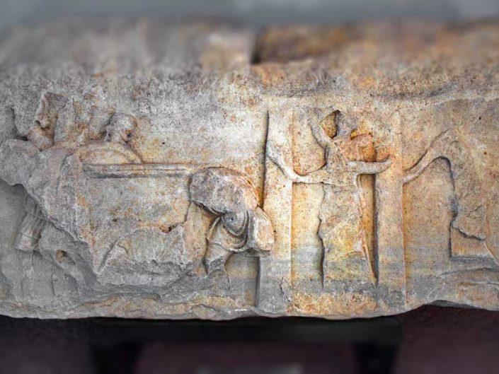 Apollon Smintheus tapınağı kabartmaları Athena tapınağının yağmalanışı kabartması - reliefs of pillage of the temple of Athena in the museum of Apollo Smintheus