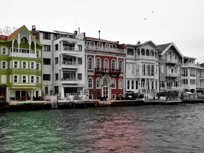 İstanbul Yeniköy Dr. Muvaffak Gönen Yalısı (aşı boyalı) ve hemen yanında Dadyan yalısı - Bosphorus European Side Yeniköy Dr. Muvaffak Gönen Mansion (red ocher painted) and Dadyan Mansion