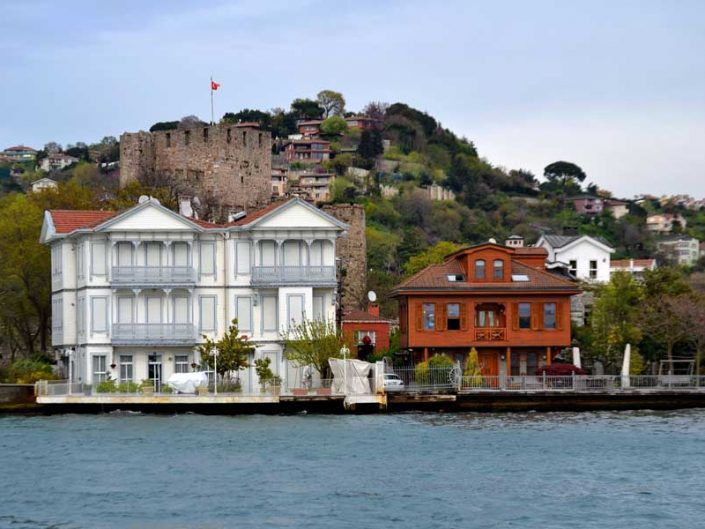 İstanbul boğazı yalıları Anadoluhisarı Riyazeci İzzet Bey Yalısı, arkada Anadoluhisarı - Bosphorus Anatolian Side Anadoluhisarı Riyazeci İzzet Bey Mansion, Anadoluhisarı in the background
