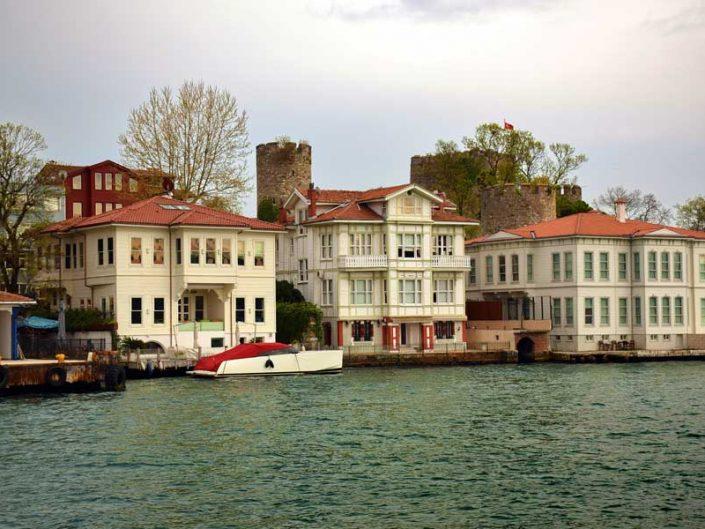 İstanbul boğazı yalıları Anadoluhisarı ortada Manastırlı İsmail Yalısı - Bosphorus Anatolian Side Anadoluhisarı Manastırlı İsmail Mansion (middle)