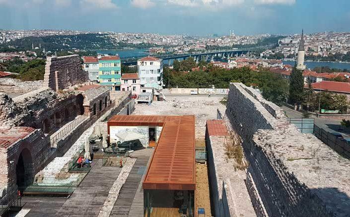 Tekfur Sarayı iç avlusu, İstanbul surları ve manzarası - Tekfur Palace inner courtyard, historic walls and İstanbul view