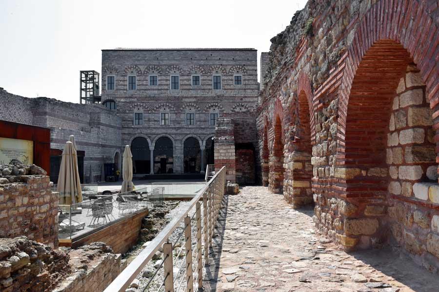 Tekfur Sarayı iç avlusu - Tekfur Palace inner courtyard