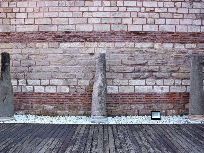 Tekfur Sarayı veya Porfirogennetos sarayı iç avlu duvarı ve sütunları - Tekfur Palace or Porfirogennetos Palace inner courtyard wall and columns