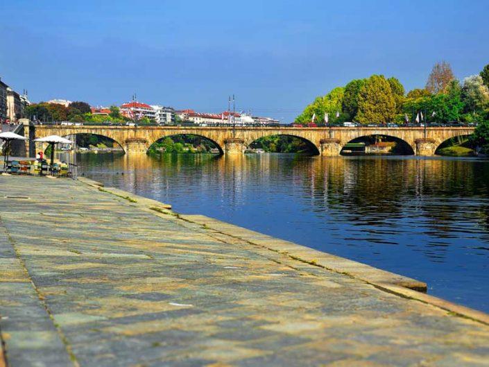 İtalya Torino Po nehri kıyısı ve Vittorio Emanuele I köprüsü - Turin Po river and Vittorio Emanuele I bridge