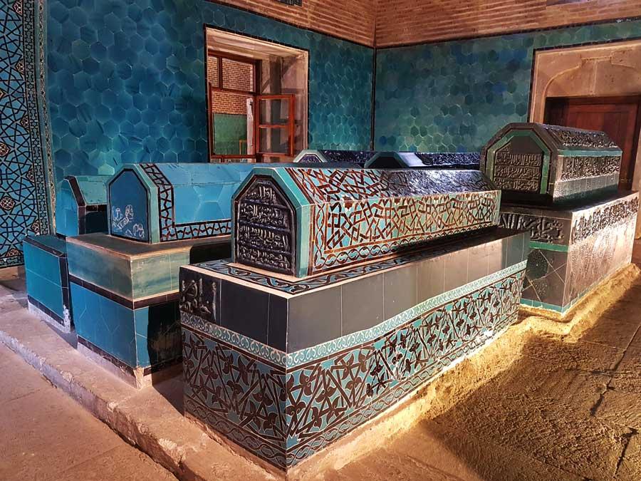 Konya Sahip Ata Külliyesi fotoğrafları türbe içindeki sandukalar - Photos of Konya Sahip Ata Museum, sarcophagi inside the Complex