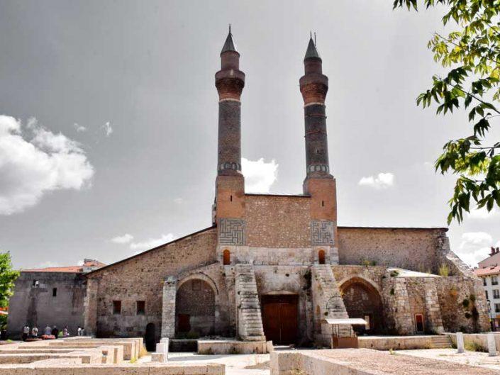 Sivas gezilecek yerler Çifte Minareli Medrese yapısı - Places to visit in Sivas Rum Seljuk Sultanate architectural Cifte Minareli Madrasah