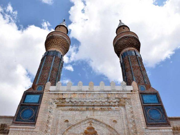 Anadolu Selçuklu Devleri mimarisi Gök Medrese veya Sahibiye Medresesi minare fotoğrafları - Rum Seljuk Sultanate architecture minarets photos