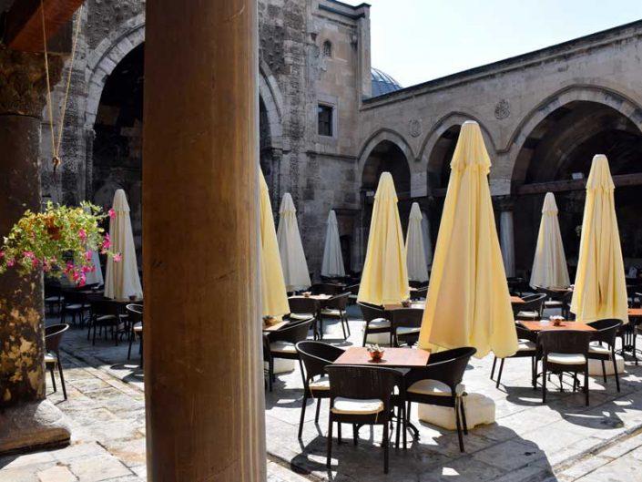 Buruciye Medresesi avlusunda çay bahçesi - Cafeteria in the Buruciye Madrasah courtyard