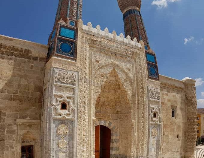 Gök Medrese Anadolu Selçuklu mimarisi çifte minaresi ve Taç Kapı fotoğrafları - Gok Madrasah Rum Seljuk Sultanate architecture minarets and portal