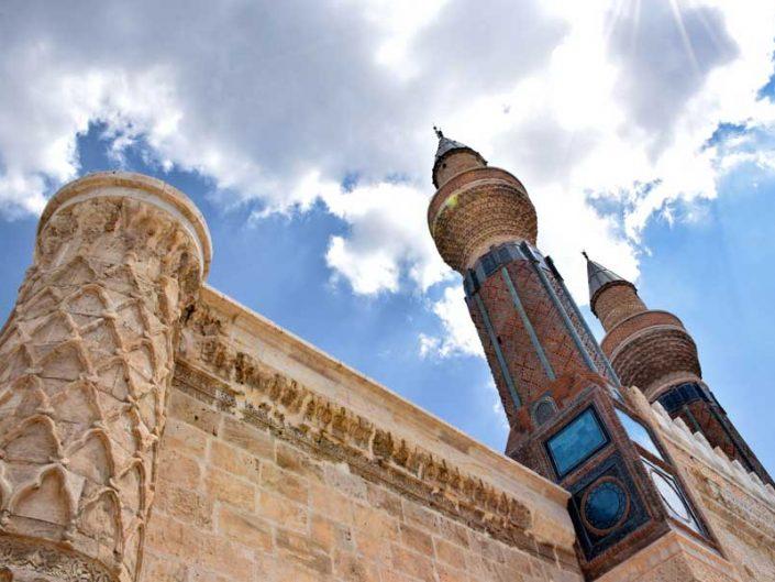 Gök Medrese minareleri ve dairesel köşe payanda fotoğrafları - Sivas Gok Madrasah minarets and decorated three-quarter round corner buttress