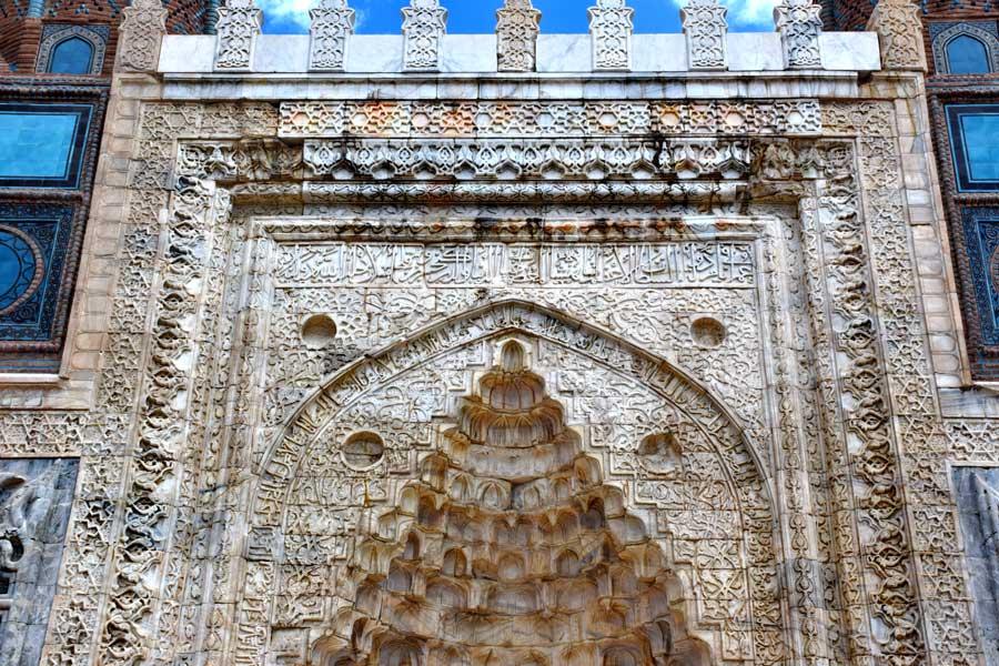 Gök Medrese veya Sahibiye Medresesi kapısı üzerindeki taş bezeme işçiliği - Sivas Gok Madrasah masonry details at portal