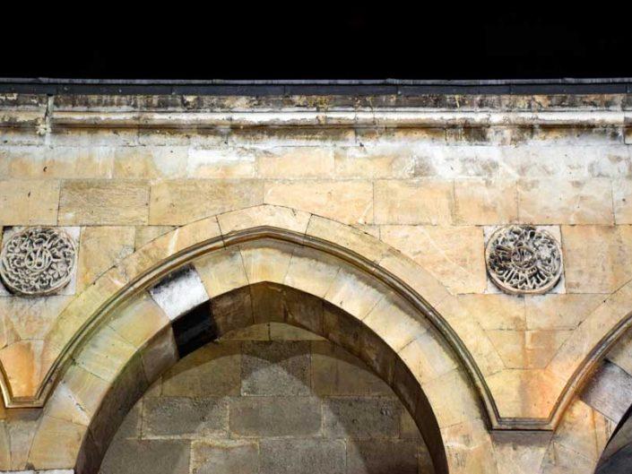 Sivas Buruciye Medresesi iç avlu kemerler ve rozet bezemeler - Buruciye Madrasa inner courtyard archs and rosette decorations