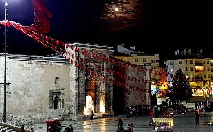 Sivas gezilecek yerler Buruciye Medresesi ve meydanı - Sivas places to visit Buruciye Madrasa and square