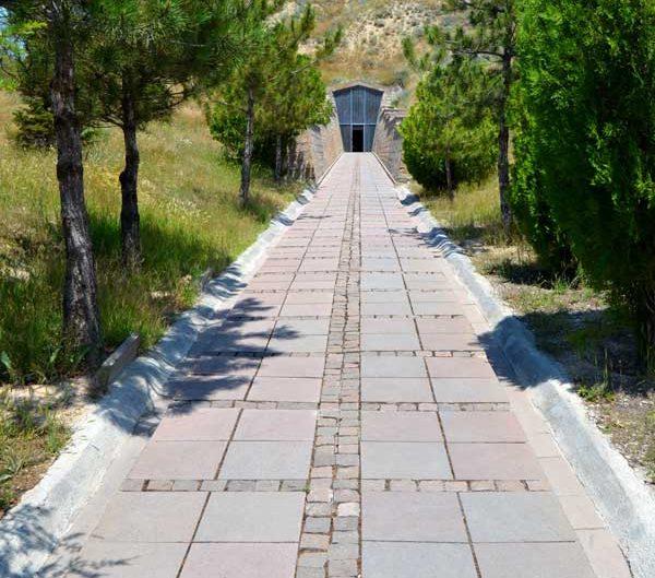 Midas tümülüsü girişi veya Ankara Polatlı Yassıhöyük - Midas tumulus entrance