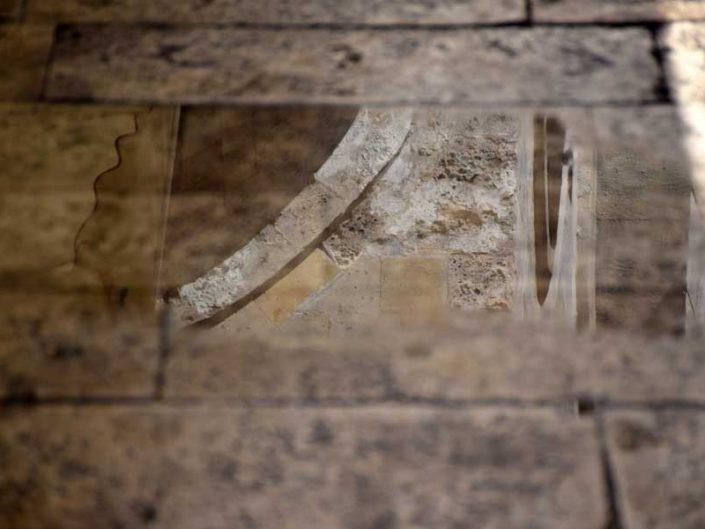 Şifaiye Medresesi cephesinde yok olmuş madalyon yansıması - Water reflection of the deformed facade medallion ornament of Şifaiye Madrasah
