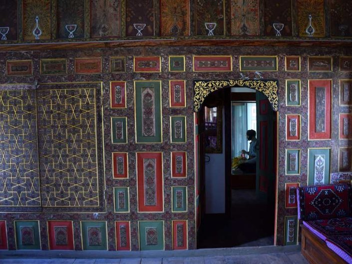 Burdur gezilecek yerler Bakibey Konağı ahşap dolap bezemeleri - Burdur places to visit Bakibey mansion timber cabinet decorations in main room