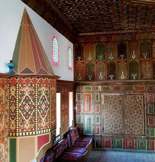 Burdur tarihi yerler Bakibey Konağı başoda iç mekan kalemişi süslemeleri - Traditional Turkish architecture Bakibey mansion main room hand-drawn decorations
