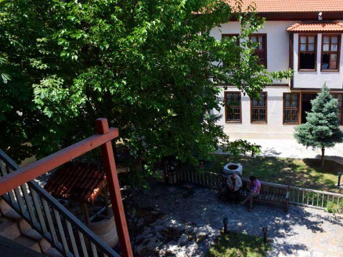 Burdur tarihi yerleri Bakibey Konağı sofadan hayata bakış - Bakibey mansion view of courtyard from open-sofa