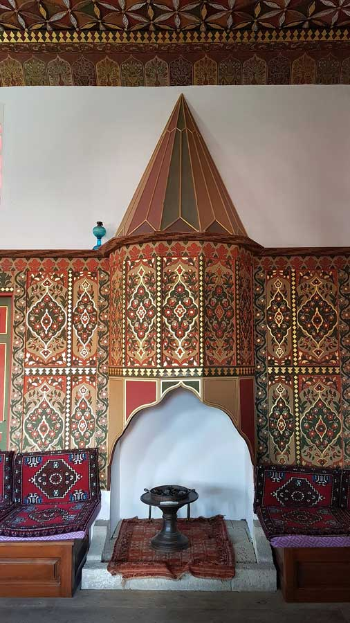 Geleneksel Türk mimarisi Bakibey Konağı ocak ve sivri külahlı davlumbaz - Traditional Turkish architecture Bakibey mansion fireplace and ornamented pointed conical hood