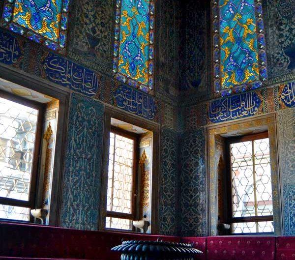 Topkapı Sarayı Harem Bölümü Çifte Kasırlar Veliaht Dairesi içi duvar ve pencere süslemeleri - Topkapı Palace Harem Section Twin Kiosks Room of the Princes