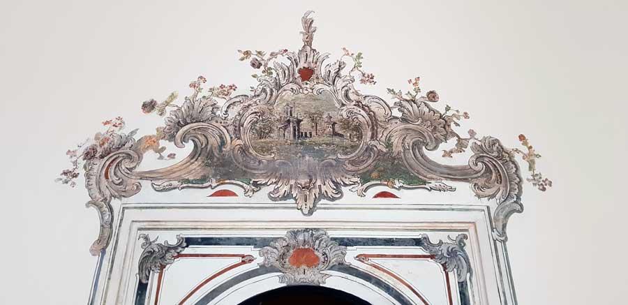 Topkapı Sarayı Silahlar Salonu kapısı restore edilmiş duvar resimleri - Topkapı Palace Arms Hall entrance door restorated wall painting