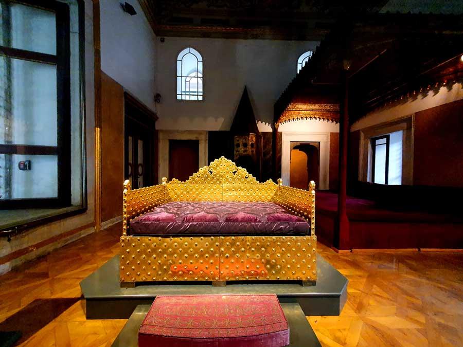 Topkapı Sarayı Taht Odası altın tören tahtı 18.yy - Topkapı Sarayı Throne Room golden ceremonial throne, 18th century